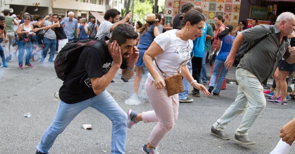 14.mar.2018 - Professores e demais profissionais da rede municipal de ensino protestam em frente ao prédio da Câmara Municipal de São Paulo, no centro da capital, nesta quarta-feira, 14