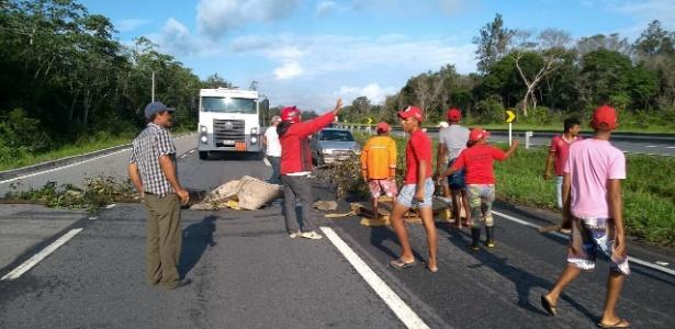 Militantes do MST (Movimento dos Trabalhadores Sem Terra) bloqueiam a BR-230, na Paraíba