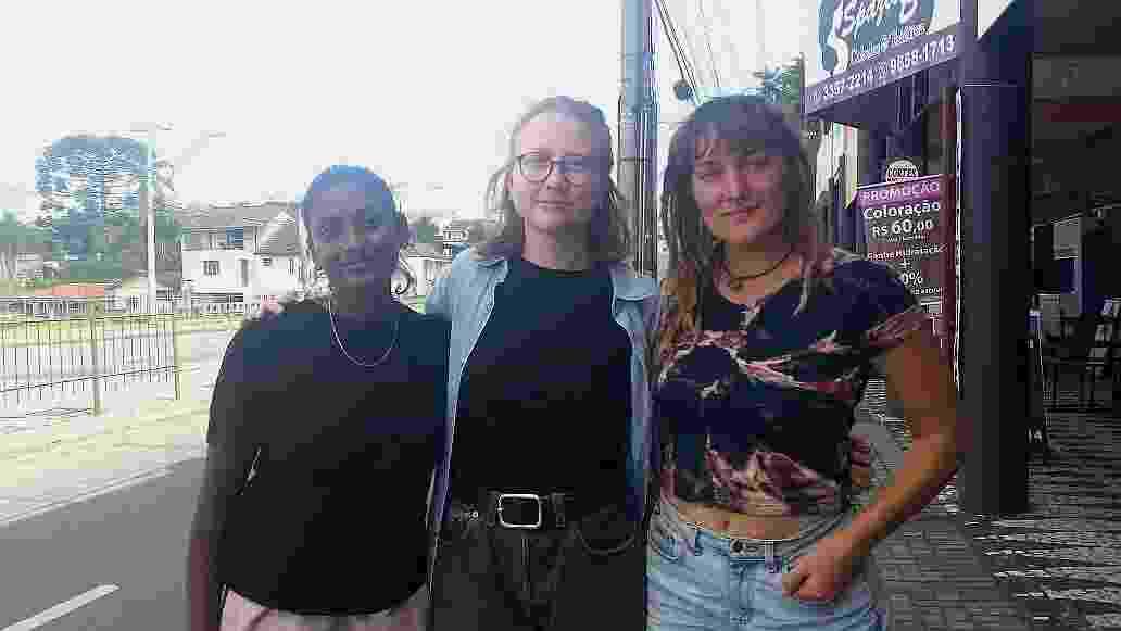 As norueguesas Ninthu Paramalingam, Eline Aresdatter e Guro Stafseth (da esq. para a dir.) participam de um intercâmbio cultural no Brasil e estiveram no acampamento pró-Lula - Ana Carla Bermúdez/UOL