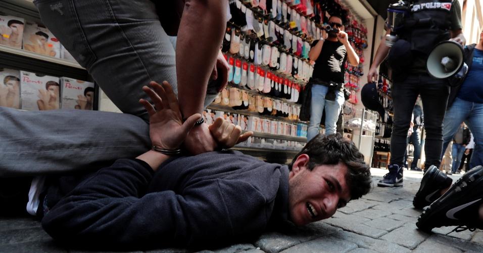 1.mai.2018 Manifestante é detido ao tentar fazer manifestação na praça Taksim, em Istambul, na Turquia