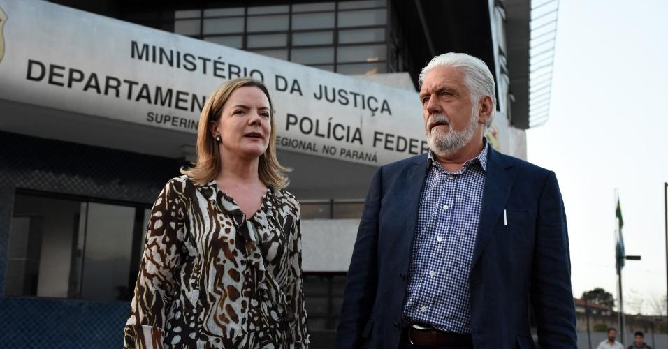 3.mai.2018 - A senadora Gleisi Hoffmann e o ex-governador Jaques Wagner visitam o ex-presidente Lula na prisão, em Curitiba