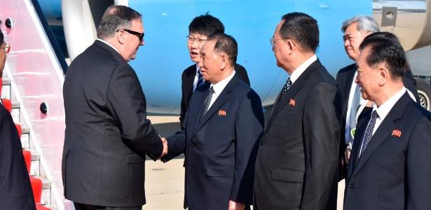 Mike Pompeo é recebido pelo oficial norte-coreano Kim Yong-chul ao desembarcar em Pyongyang