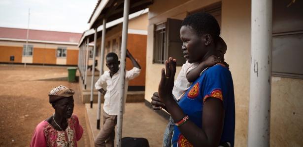 30.mar.2018 - Mary Yar, carregando seu filho de um ano, chega do Sudão do Sul ao centro da ONU em Elegu, Uganda