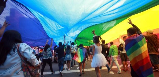 3.jun.2018 - Foliões carregam bandeira nas cores do arco-íris, reconhecida como símbolo dos movimentos LGBT na 22ª Parada do Orgulho LGBT em São Paulo - Werther Santana/Estadão Conteúdo