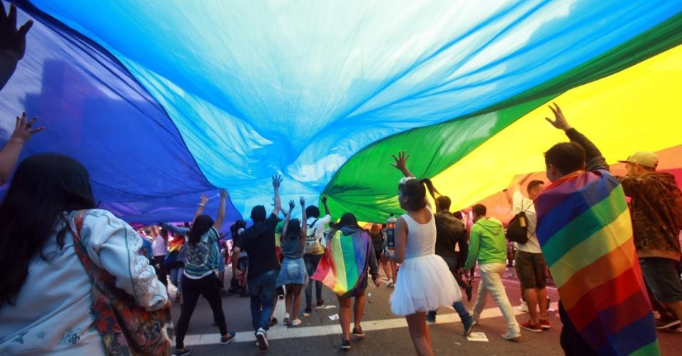 3.jun.2018 - Foliões carregam bandeira nas cores do arco-íris, reconhecida como símbolo dos movimentos LGBT. A 22ª Parada do Orgulho LGBT acontece neste domingo (3) em São Paulo