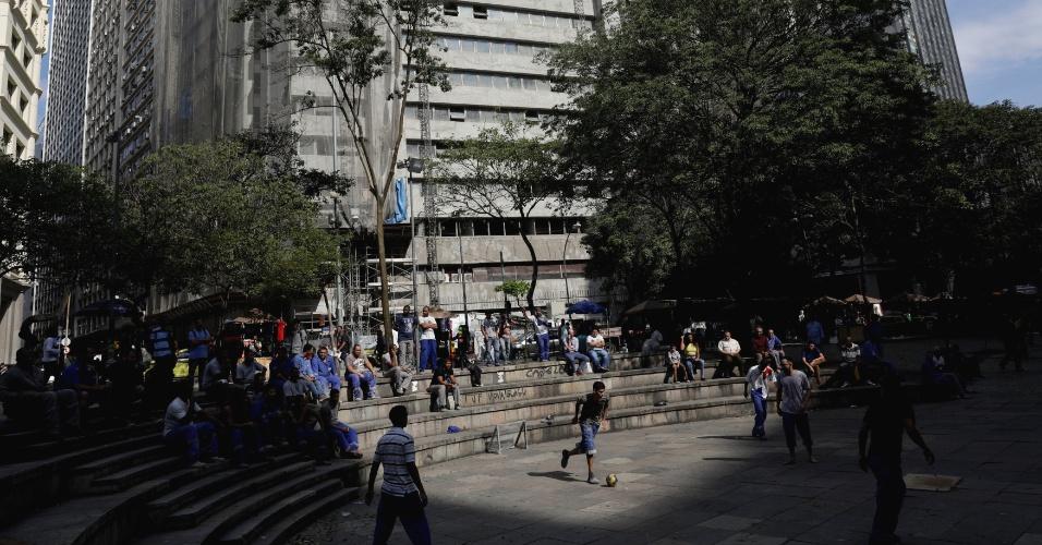 6.jun.2018 - Trabalhadores da construção civil jogam futebol durante o intervalo do almoço no Rio