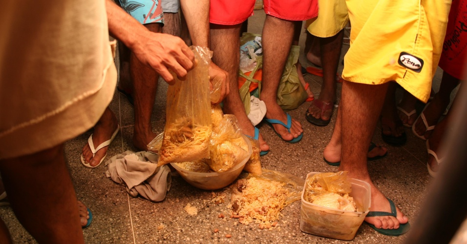 03.set.2018 -- Presos mostram recipientes em que recebem comida no presídio Paulo Sarasate, no Ceará. Fotografia de 20 de novembro de 2010
