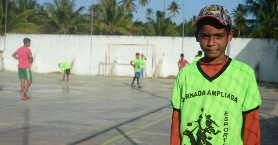 3.set.2018 - José Deivison Henrique dos Santos, 12, mora depois da usina e leva 30 a 40 minutos de ônibus municipal José Wilson, em Areias, zona rural de Coruripe/AL