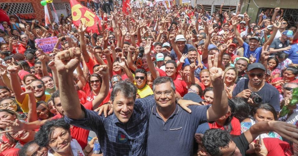 21.out.2018 - O presidenciável do PT, Fernando Haddad, durante ato de campanha em São Luís, ao lado do governador do estado, Flávio Dino (PCdoB)