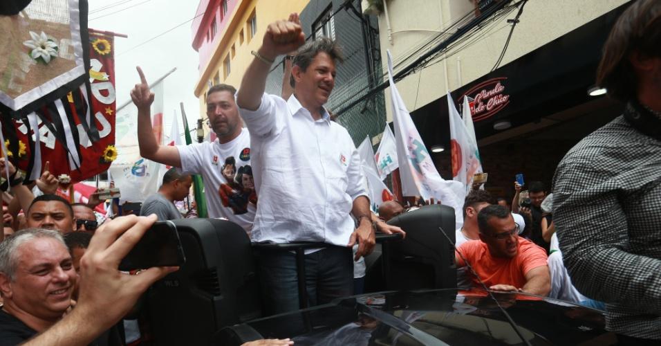 27.out.2018 - O candidato à Presidência da República pelo PT, Fernando Haddad, acompanhado de sua vice Manuela D'Avila (PcdoB), e de vários políticos e simpatizantes, participam da Caminhada pela Paz em Heliópolis, na região sul de São Paulo, neste sábado (27)