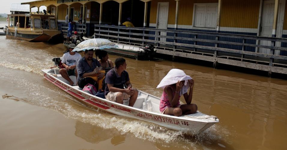 Brasileiros votam para o segundo turno em Catalao, uma comunidade de casas flutuantes, no Amazonas
