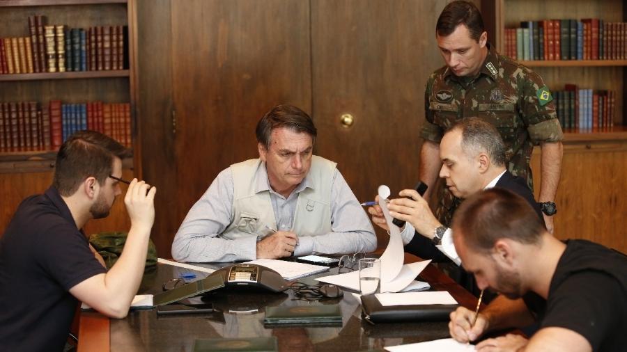 26.jan.2019 - O presidente Jair Bolsonaro (PSL) em reunião com assessores  - Isac Nóbrega/Presidência da República