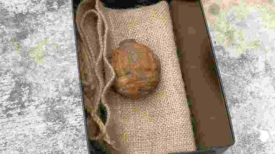 2.fev.2019 - Granada da 1ª Guerra Mundial estava entre batatas frescas importadas da França - HONG KONG POLICE FORCE/AFP