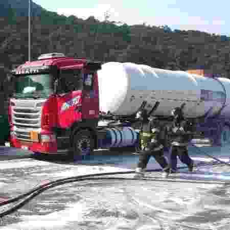 21.mai.2019 - Acidente entre caminhões bloqueia rodovia dos Imigrantes, em SP - Divulgação/Corpo de Bombeiros