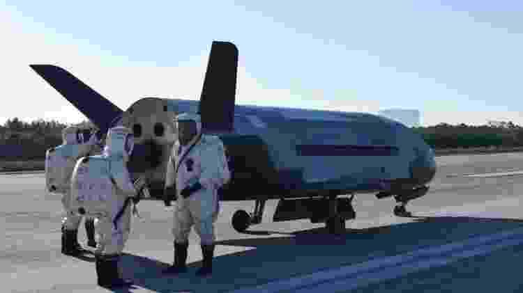 Militares ao lado do X-37B, avião da Força Aérea dos Estados Unidos - Divulgação/USAF