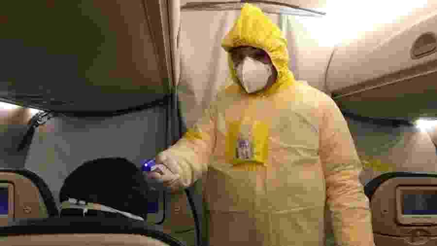 Integrante do corpo médico examina brasileiro que estava em Wuhan, epicentro do coronavírus, durante voo de resgate - Divulgação FAB