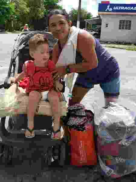 Sandra da Silva, 41, moradora do bairro da Levada, sai com seu filho em busca de ajuda - Carlos Madeiro / Colaboração para o UOL