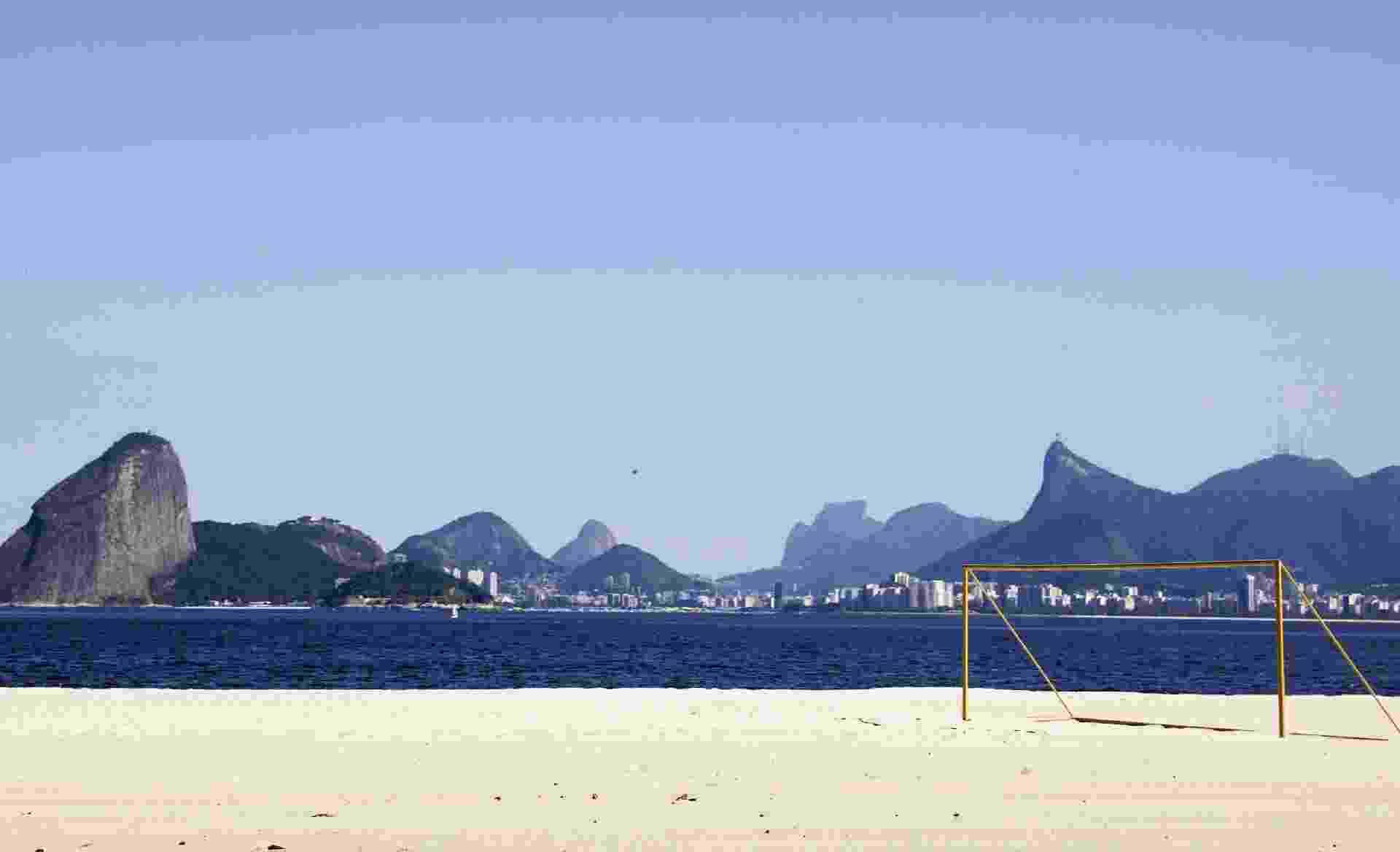 Vista da praia de Icaraí, com o horizonte do Rio de Janeiro em segundo plano, na cidade de Niterói, durante seu primeiro dia de lockdown - RICARDO MORAES/REUTERS