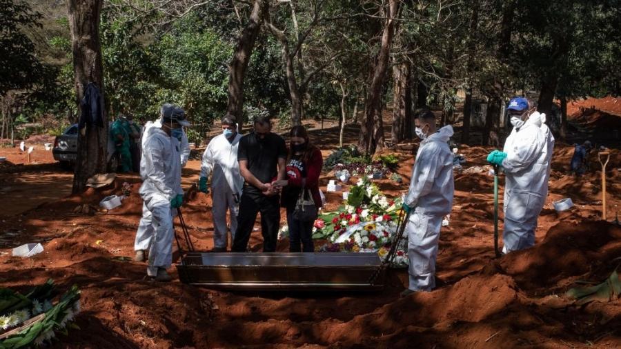 Velório de vítima de covid-19 no cemitério Vila Formosa, em São Paulo; por risco de contágio, há restrição sobre a quantidade de presentes - Alexandre Schneider/Getty Images