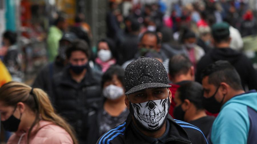 Pessoas circulam por rua de comércio popular em São Paulo - AMANDA PEROBELLI
