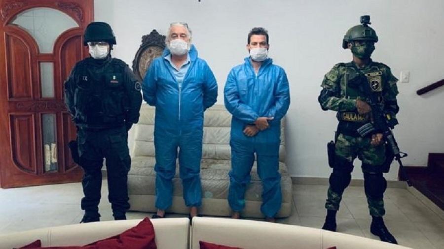 Mark Grenon (de azul, à esquerda) e seu filho Joseph após serem presos na Colômbia - BBC