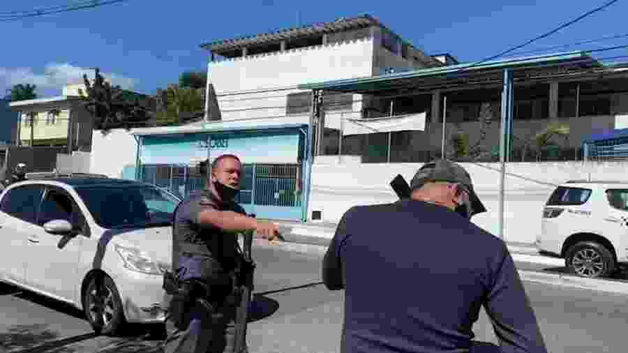 Policial militar, com metralhadora em punho, aborda policial civil durante ocorrência - Reprodução