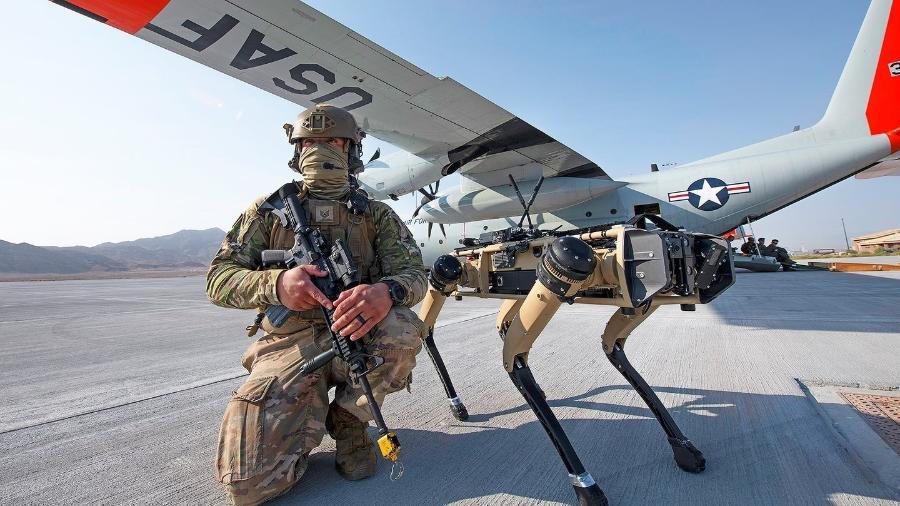Cão-robô da Ghost Robotics posa ao lado de militar na Força Aérea dos EUA - U.S. Air Force/Cory D. Payne