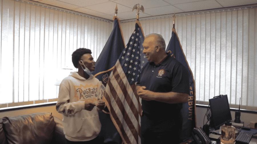 Justin Gavin foi reconhecido como um herói pela polícia por salvar uma mulher e seus filhos de carro em chamas - Reprodução/Facebook/Waterbury Police Department