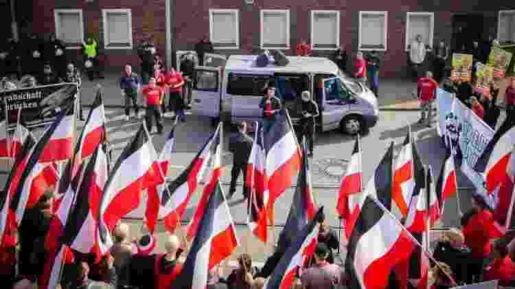 Os neonazistas do Reichsbürger são fortemente antisemitas e promovem negacionistas do holocausto, como Ursula Haverbeck (no cartaz da foto) - Getty Images - Getty Images