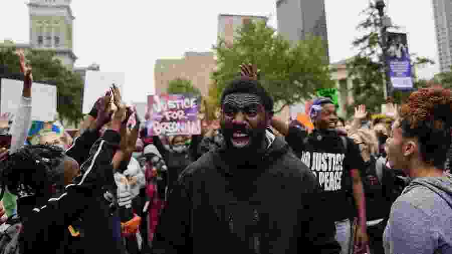 Milhares de manifestantes foram às ruas em Louisville, principal cidade de Kentucky, após o anúncio da decisão - Bryan Woolston/Reuters