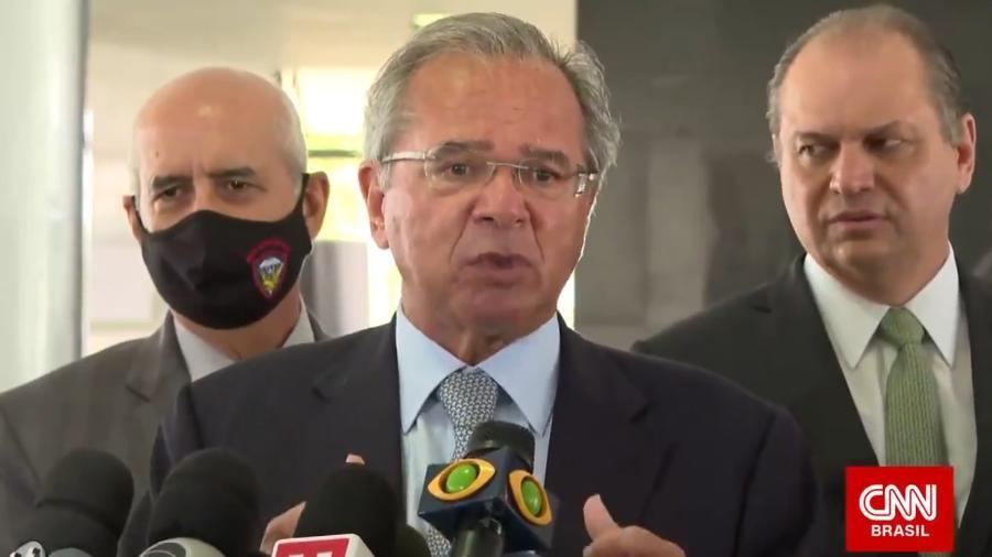Ministro Paulo Guedes dá entrevista acompanhado de perto por Ricardo Barros e o general Luiz Eduardo Ramos na quarta-feira (23) - Reprodução/CNN Brasil