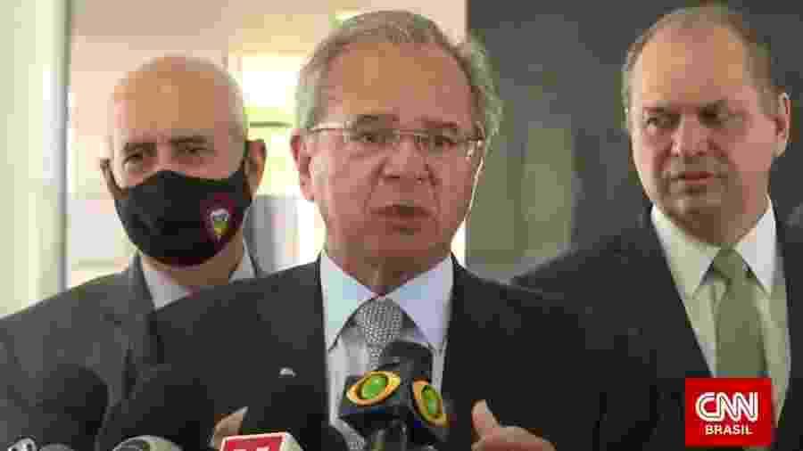 Ministro Paulo Guedes dá entrevista acompanhado de perto por Ricardo Barros e o general Luiz Eduardo Ramos - Reprodução/CNN Brasil