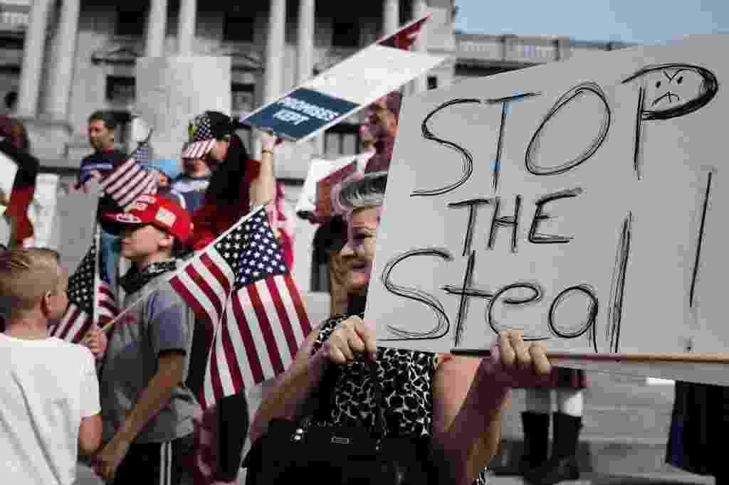 (05/11/2020) Eleições nos EUA: Manifestação pró-Trump pede interrupção de contagem de votos em Harrisburg, na Pensilvânia - Spencer Platt/Getty Images via AFP