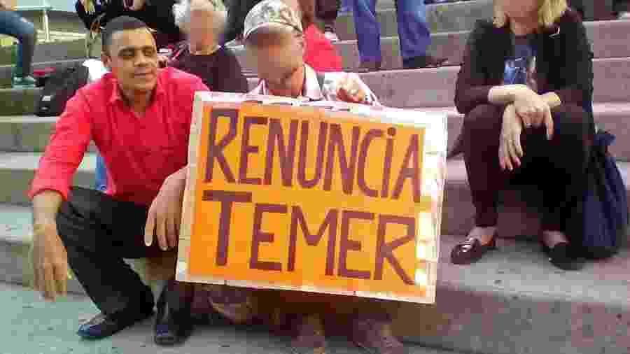 Adelio Bispo de Oliveira tem obsessão com a maçonaria, e relatou sua infância a psiquiatras na prisão em Campo Grande. Na foto, ele participa de protesto contra o então presidente Temer - Reprodução