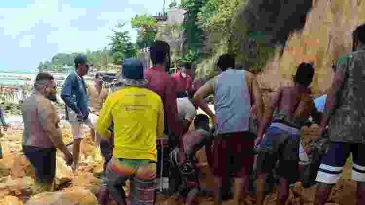 Homens acompanham resgate de corpos na praia de Pipa (RN); três pessoas morreram após o pedaço de uma falésia desabar - Reprodução/Redes sociais - Reprodução/Redes sociais