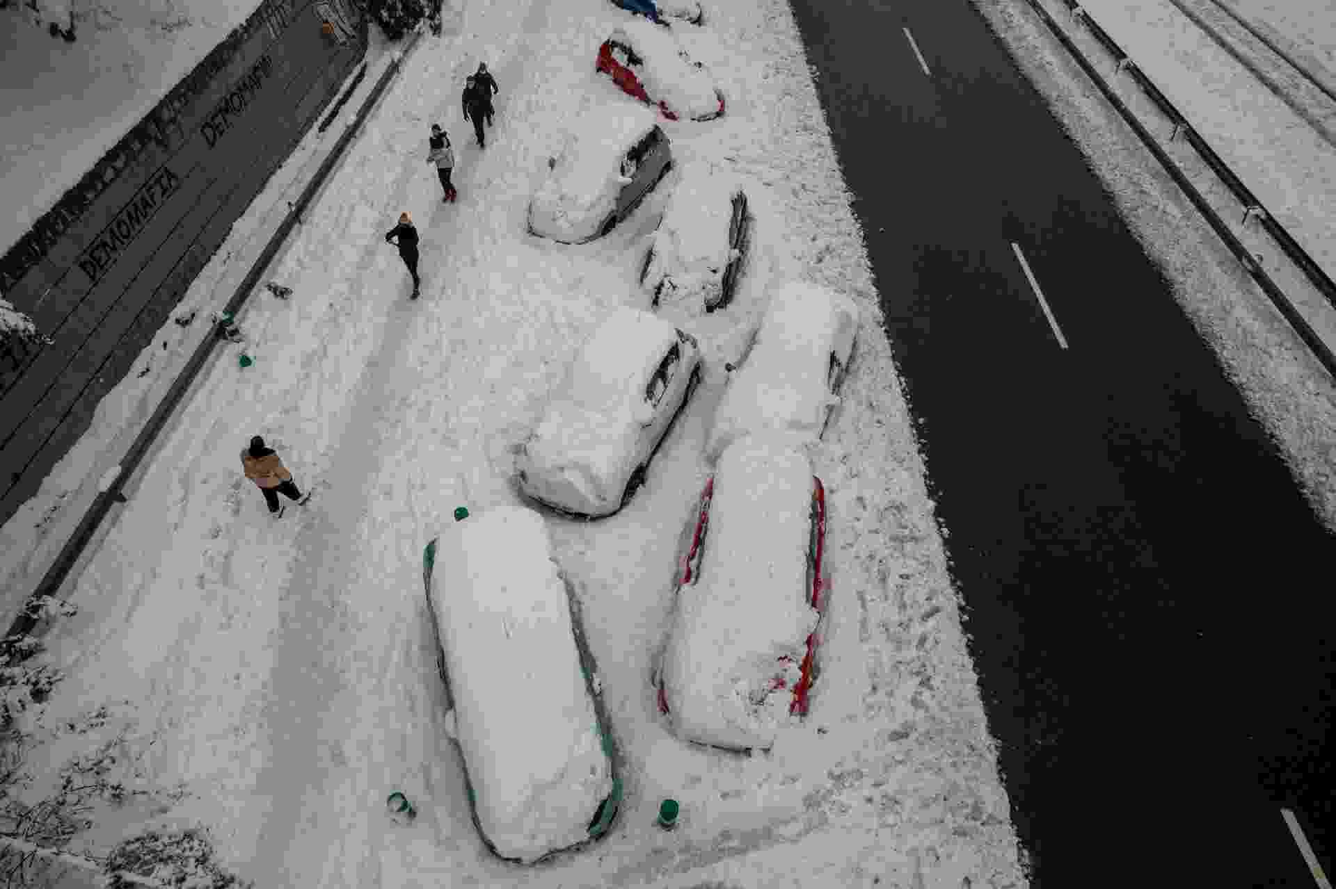 9.jan.2021 - Carros ficam presos na neve após nevasca que atingiu Espanha - Pablo Blazquez Dominguez/Getty Images
