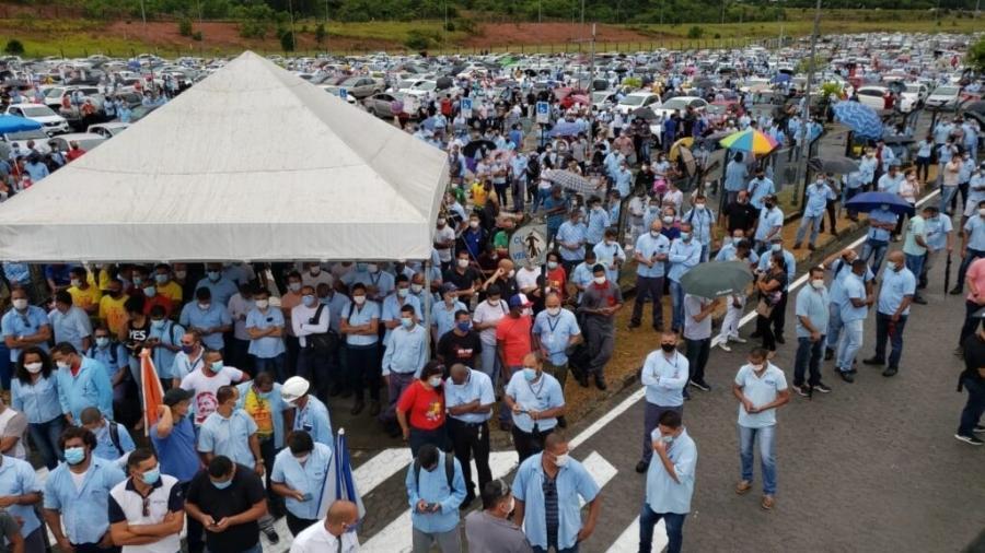 Trabalhadores enfrentaram ontem chuva para protestar na sede da Ford - Divulgação/ Sindicato dos Metalúrgicos de Camaçari