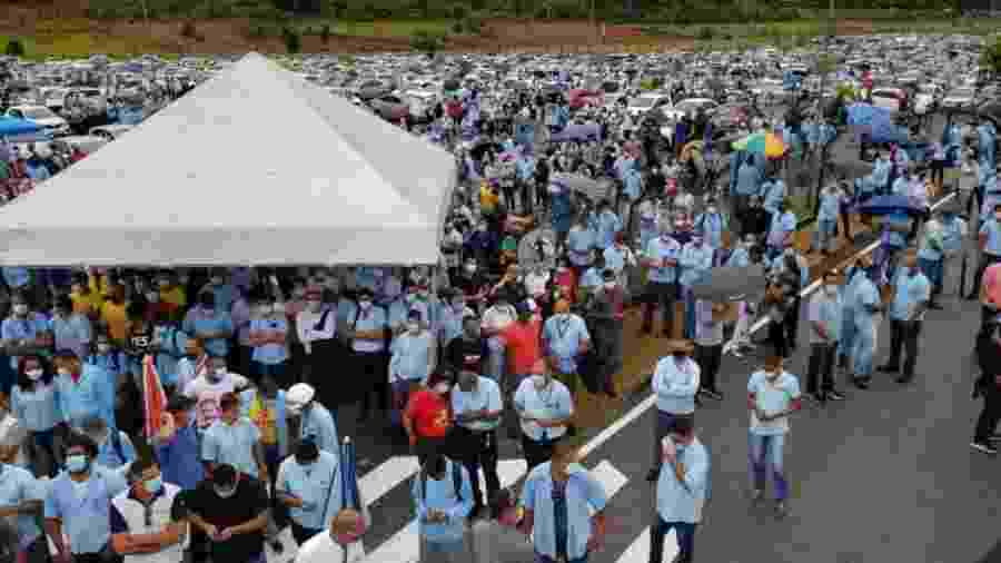 Trabalhadores enfrentaram chuva para protestar na sede da Ford - Divulgação/ Sindicato dos Metalúrgicos de Camaçari