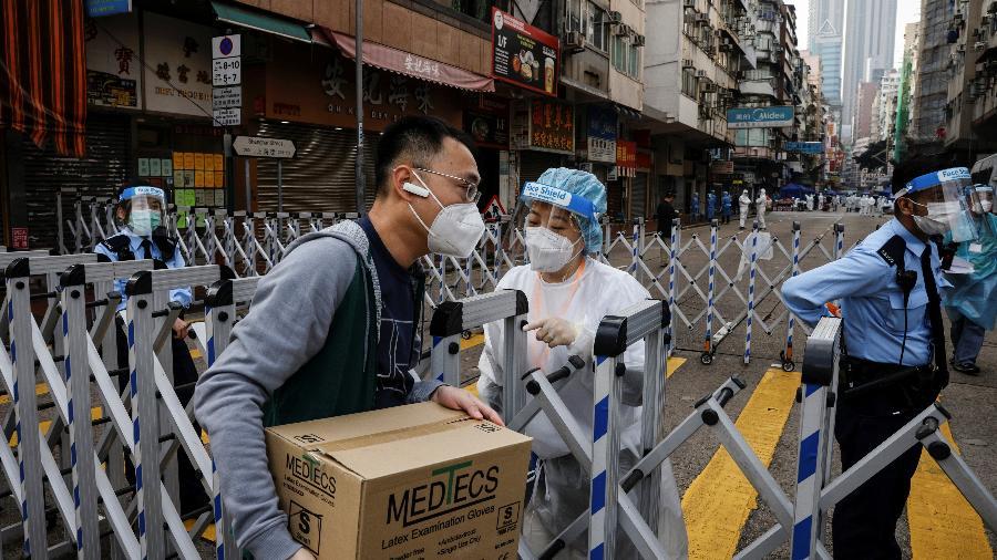23.jan.2021 - Moradores carregam compras para enfrentar 48 horas de confinamento no bairro de Jordan, em Hong Kong, devido a um surto de covid-19 - Tyrone Siu/Reuters