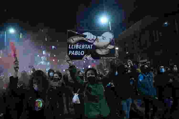 Manifestantes marcham em Barcelona contra a prisão do rapper espanhol Pablo Hasel - Josep LAGO / AFP - Josep LAGO / AFP