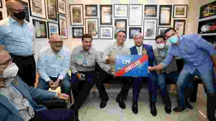 "Bolsonaro exibe cartaz com mensagem ""CPF cancelado"" - Reprodução/Twitter - Reprodução/Twitter"