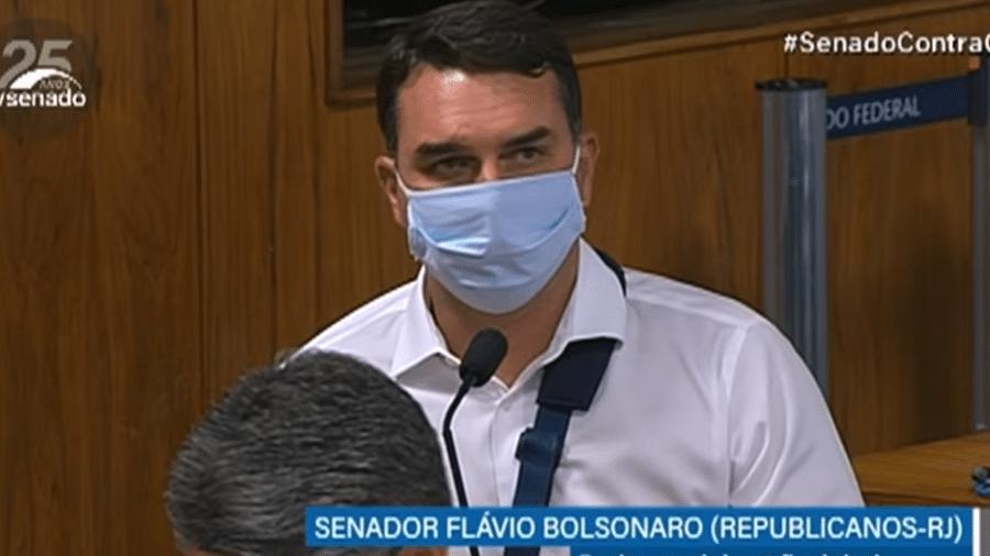 27.abr.2021 - O senador Flávio Bolsonaro (Republicanos) na sessão de abertura da CPI da Covid - TV Senado