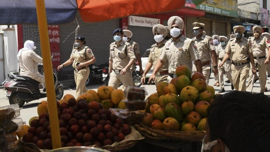 Policiais patrulham área em Amristar, na Índia, durante periodo de restrição - 14.mai.2021 - Narinder Nanu/AFP