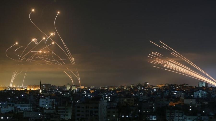 Domo de Ferro: Os mísseis israelenses, à esquerda, lançados para interceptar os foguetes do Hamas, à direita - ANAS BABA/GETTY IMAGES