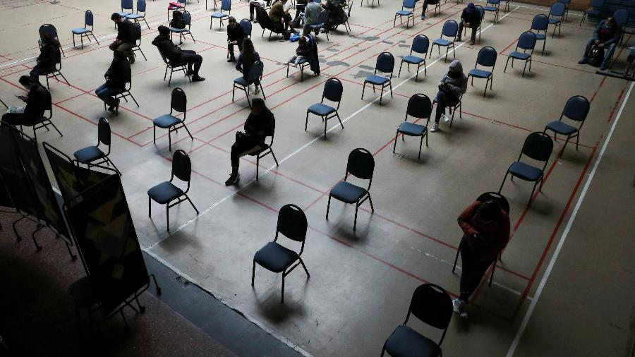 Pessoas esperam em sala de monitoramento em Santiago, no Chile, após receberem a primeira dose da CoronaVac, vacina contra covid-19 - REUTERS/Ivan Alvarado