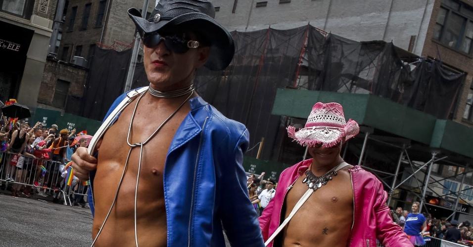 28.jun.2015 - Homens participam da Parada do Orgulho Gay, ao longo da 5ª Avenida, em Manhattan, na cidade de Nova York (EUA), neste domingo (28). Uma decisão da Suprema Corte dos Estados Unidos legalizou na sexta-feira (26) o casamento entre pessoas do mesmo sexo, ao derrubar vetos estaduais à união homossexual