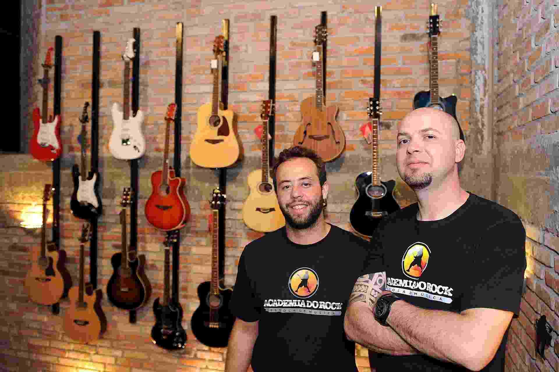 Murilo Dalsenter (à esq.) e Marcelo Freitas são os fundadores da franquia Academia do Rock, em Curitiba - Daniel Sorrentino/Divulgação