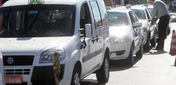 Taxistas penduras fitas pretas nos carros em mais um protesto contra o Uber em Belo Horizonte, Minas Gerais - Alex de Jesus - 24.jul.2015/O Tempo/Estadão Conteúdo
