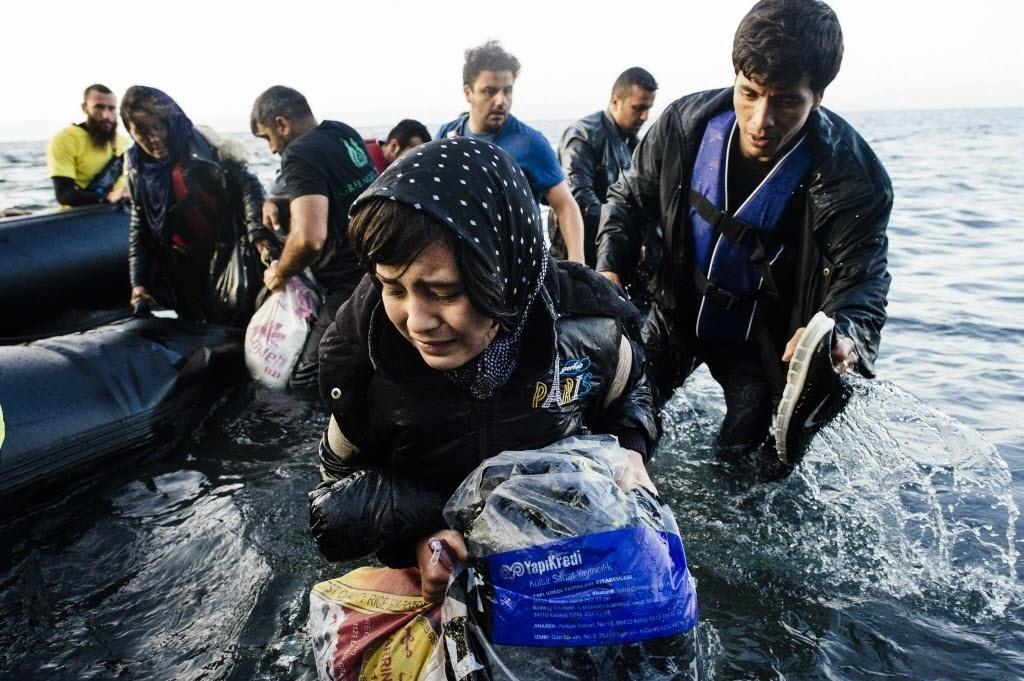 17.out.2015 - Refugiados que sobreviveram a um naufrágio chegam de bote à ilha de Lesbos, na Grécia. Doze pessoas do grupo morreram afogadas no mar Egeu quando o barco em que viajavam afundou na costa da Turquia. Vinte e cinco foram resgatadas com vida