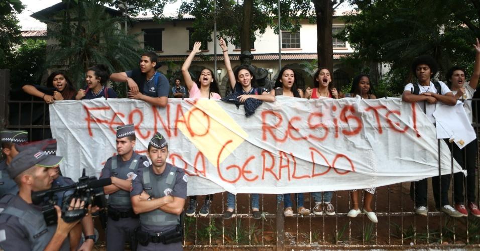 10.nov.2015 - Um grupo de cerca de 150 alunos ocupou a escola estadual Fernão Dias Paes, em Pinheiros, na zona oeste de São Paulo, na manhã desta terça-feira
